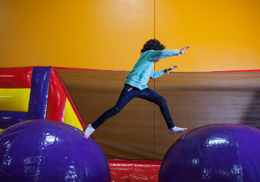 Kids birthday party place indoor bounce house pump it up for Best indoor playground for birthday party